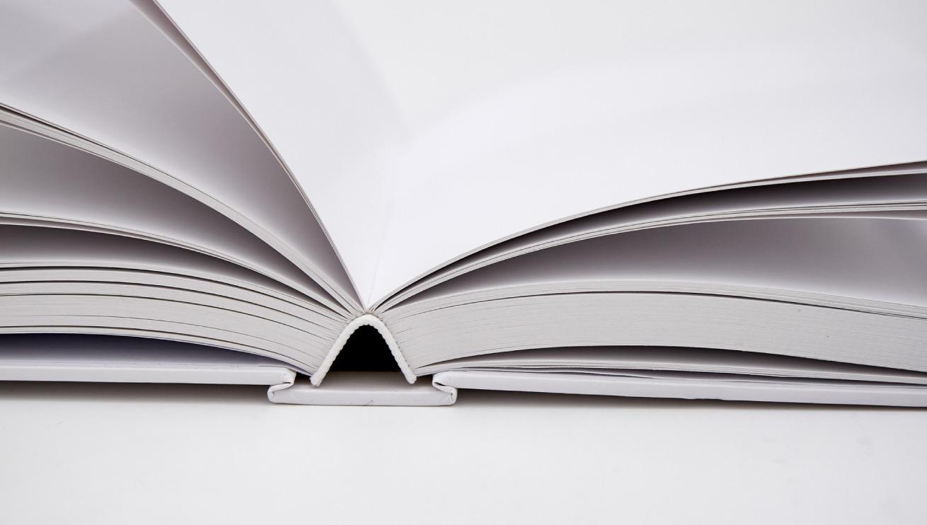 Un libro rilegato con la tecnica della brossura cucita filo refe