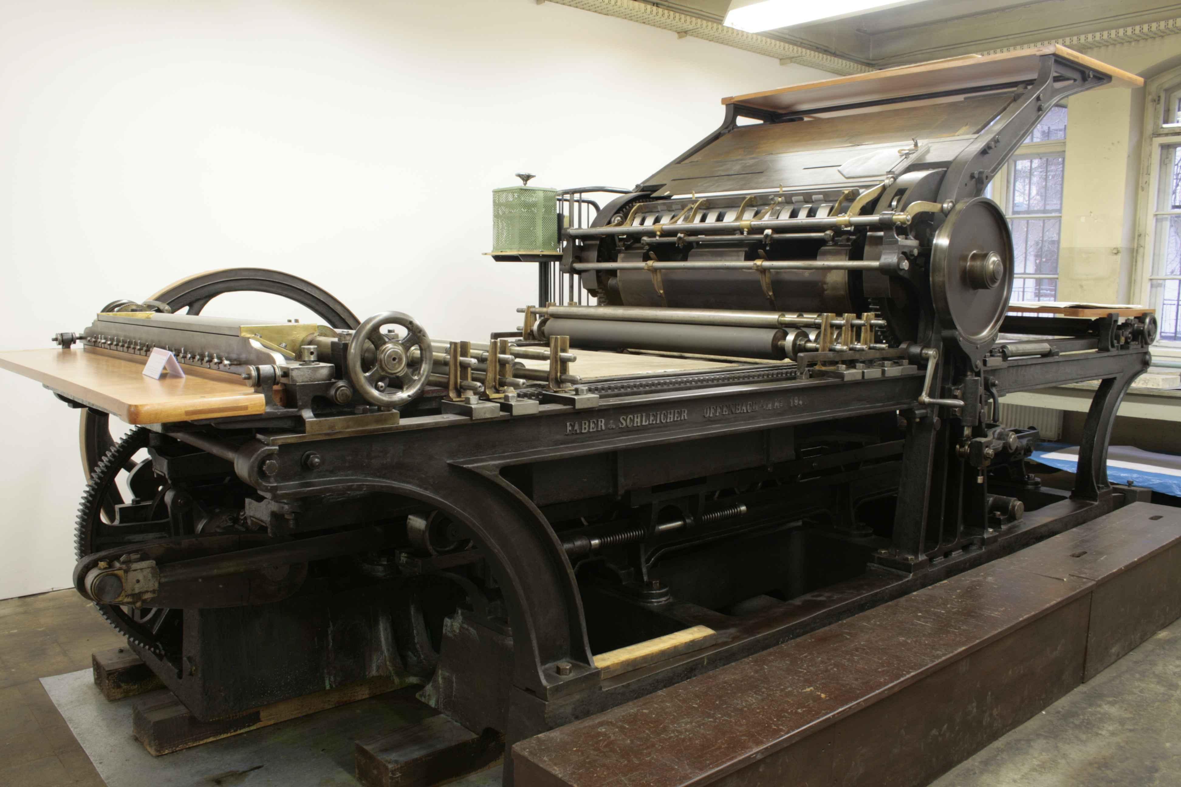 La pressa litografica, risalente al 1894, è stata costruita dalla ditta Faber & Schleicher. Foto: Museo dell'arte tipografica di Lipsia