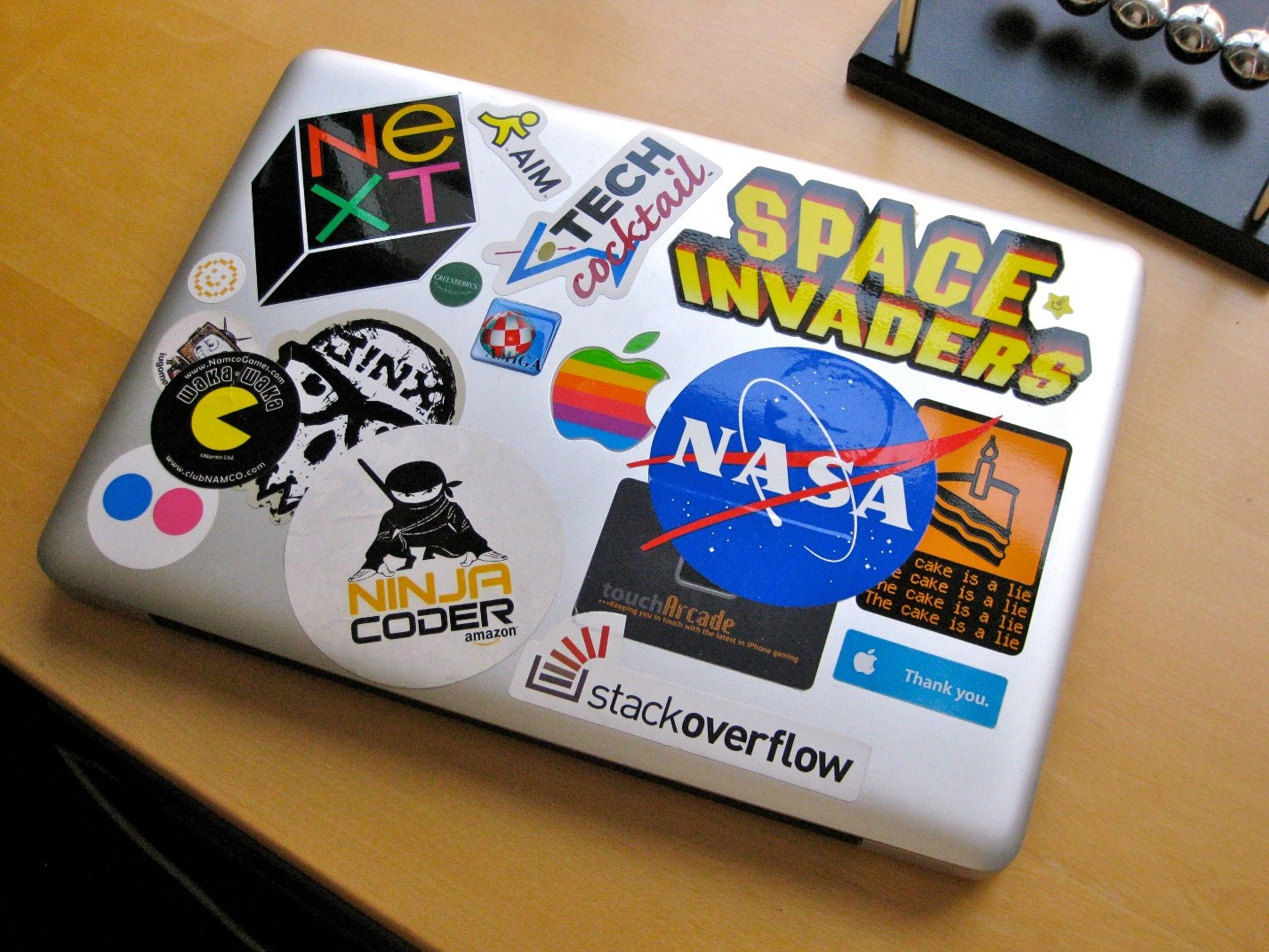 Sticker di diverse aziende sul retro di un laptop. Immagine: flickr/Blake Patterson [CC BY]