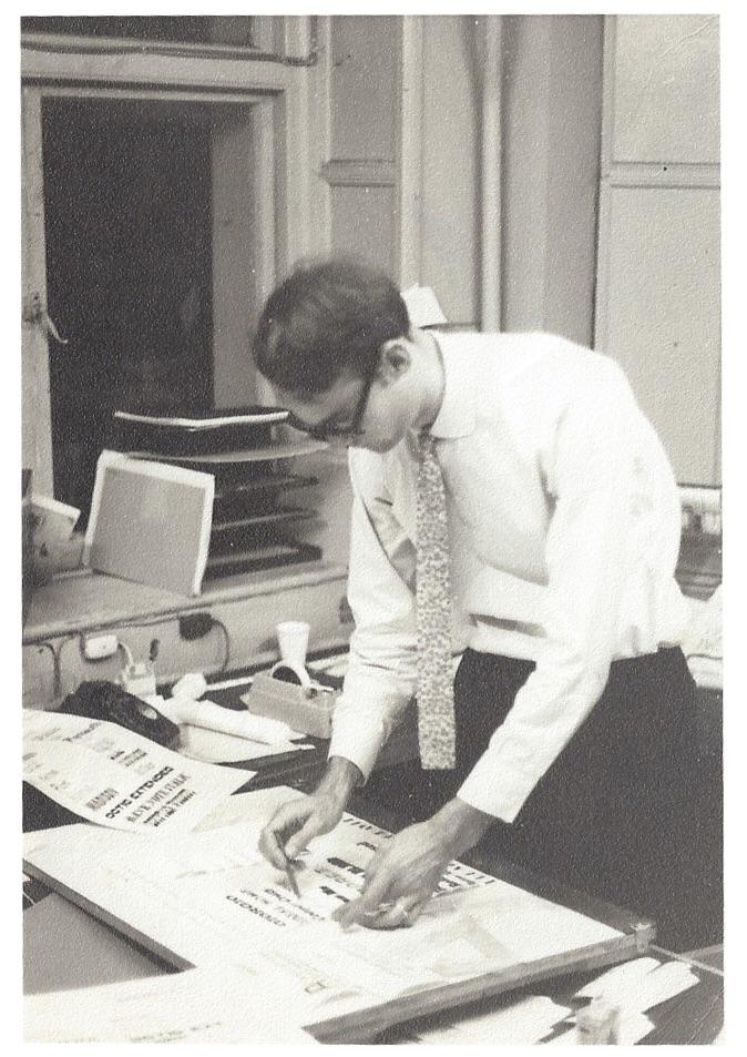 Brian, 24 anni, alle prese con il lettering fotografico presso Photoscript nel 1965