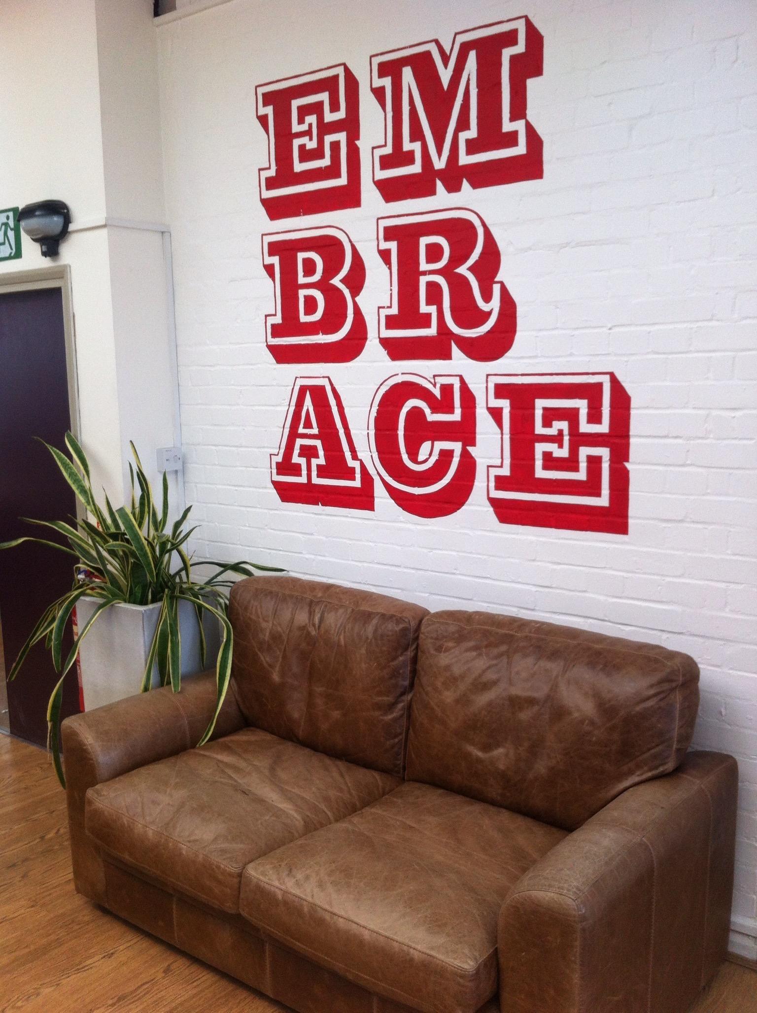 Un tipico design a parete dipinto a mano per un cliente di Glyphics