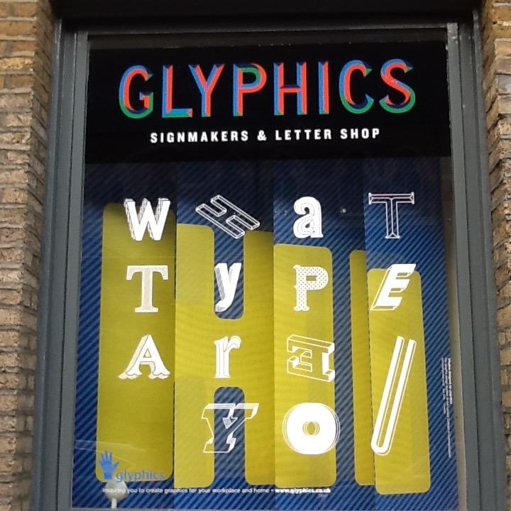 Die Schaufensterauslage bei Glyphics wird regelmäßig neu gestaltet.