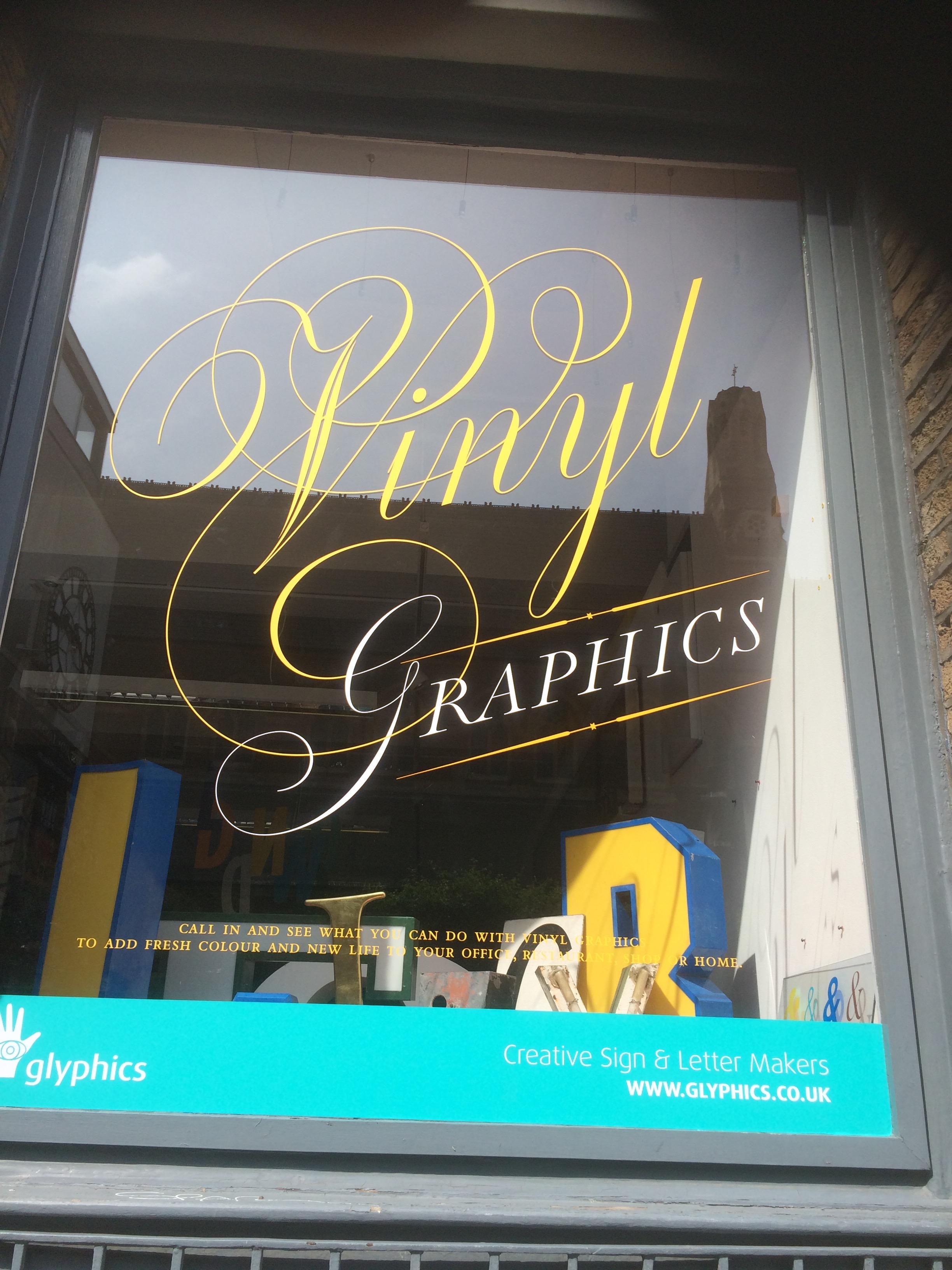 Altro esempio di un bellissimo lettering per una vetrina.