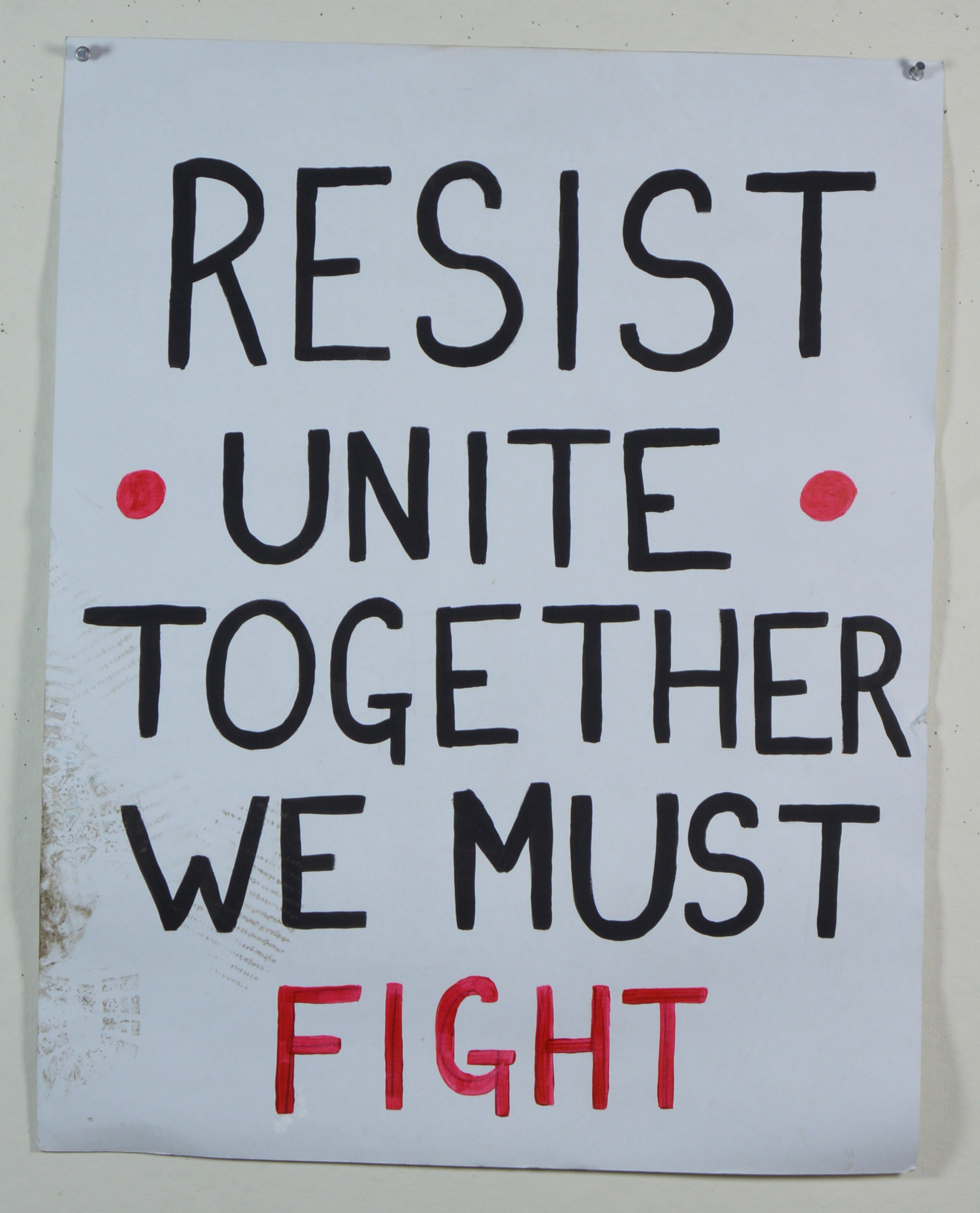 "Il manifesto ""Resist Unite Together We Must Fight"", creato in occasione della Marcia delle Donne di Boston del 2017."