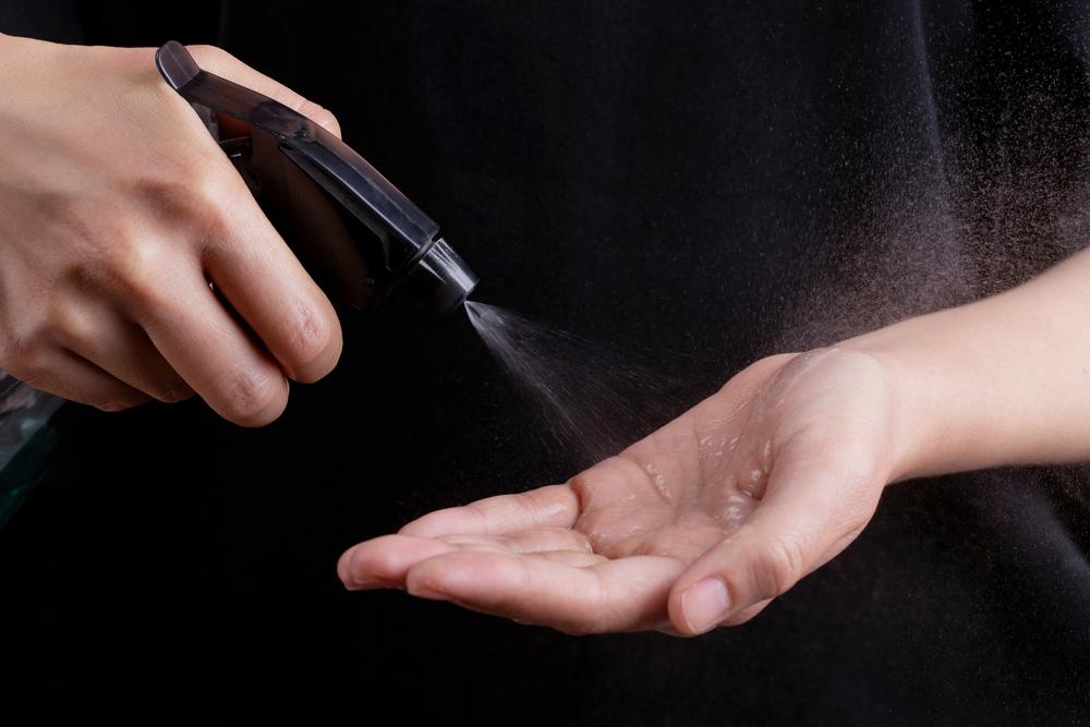 Sanificare mascherine nebulizzando l'alcool