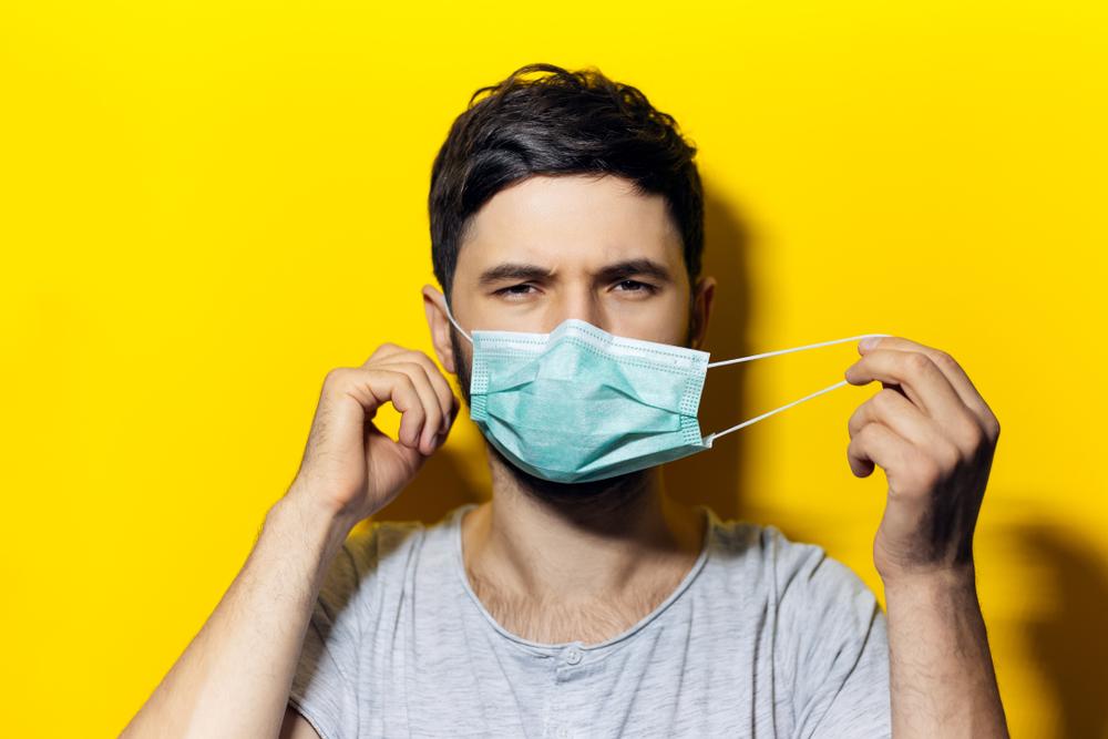 Togliere la mascherina toccandone solo gli elastici